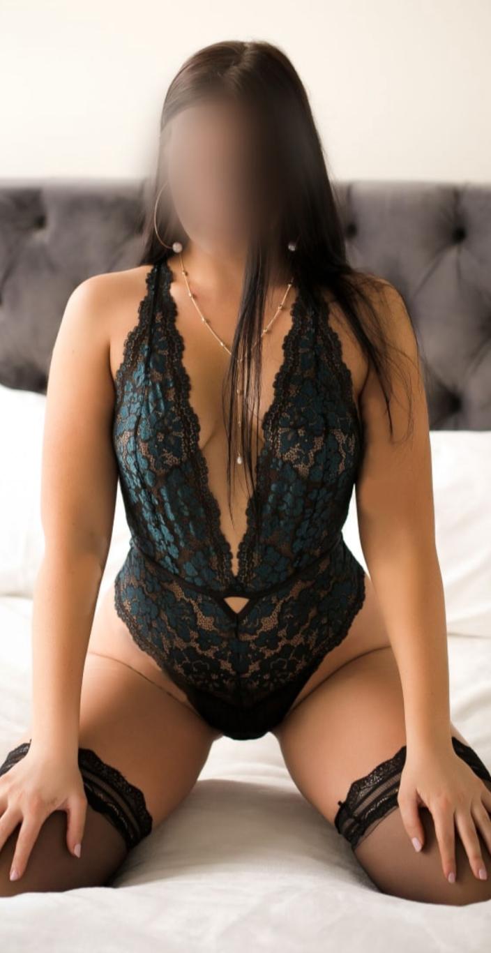 Valentina_kneeling2 (Medium)